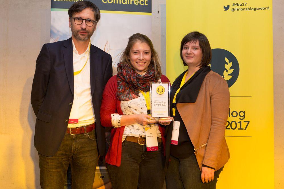Das Blog Kleingeldhelden gewann den diesjährigen Sonderpreis für Newcomer (im Bild v.l.n.r.: Sven Deglow, Johanna Hellmann, Sabina Kist)