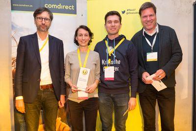 Die stolze Gewinnerin des comdirect finanzblog awards 2017: Natascha Wegelin  zusammen mit Dr. Sven Deglow, Vorstandsmitglied comdirect (links), und den beiden Jurymitgliedern Stefan Erlich (zweiter von rechts) und Jörg Sadrozinski (rechts).