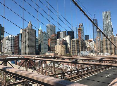 Blick von der Brooklyn Bridge in Richtung Financial District, wo die Commerzbank ihr Büro hat